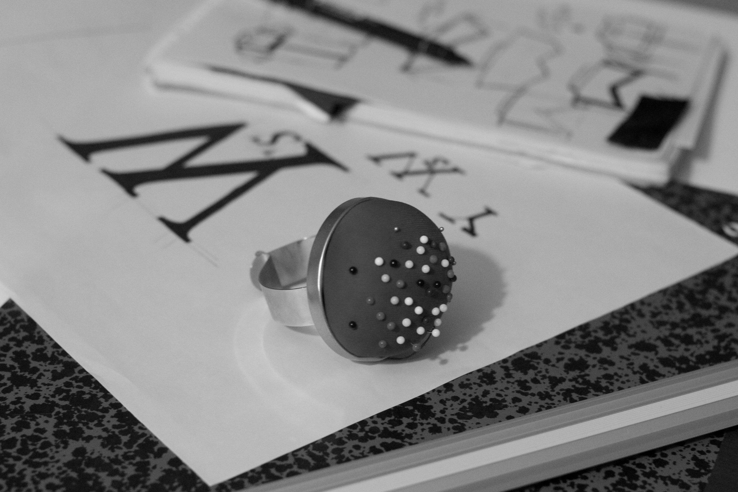 Le design - Les produits sont imaginés et dessinés, dans un lieu tenu secret. Inspirés par plusieurs courants et styles de la mode, ils sont les fruits de beaucoup d'observation et de plusieurs influences.