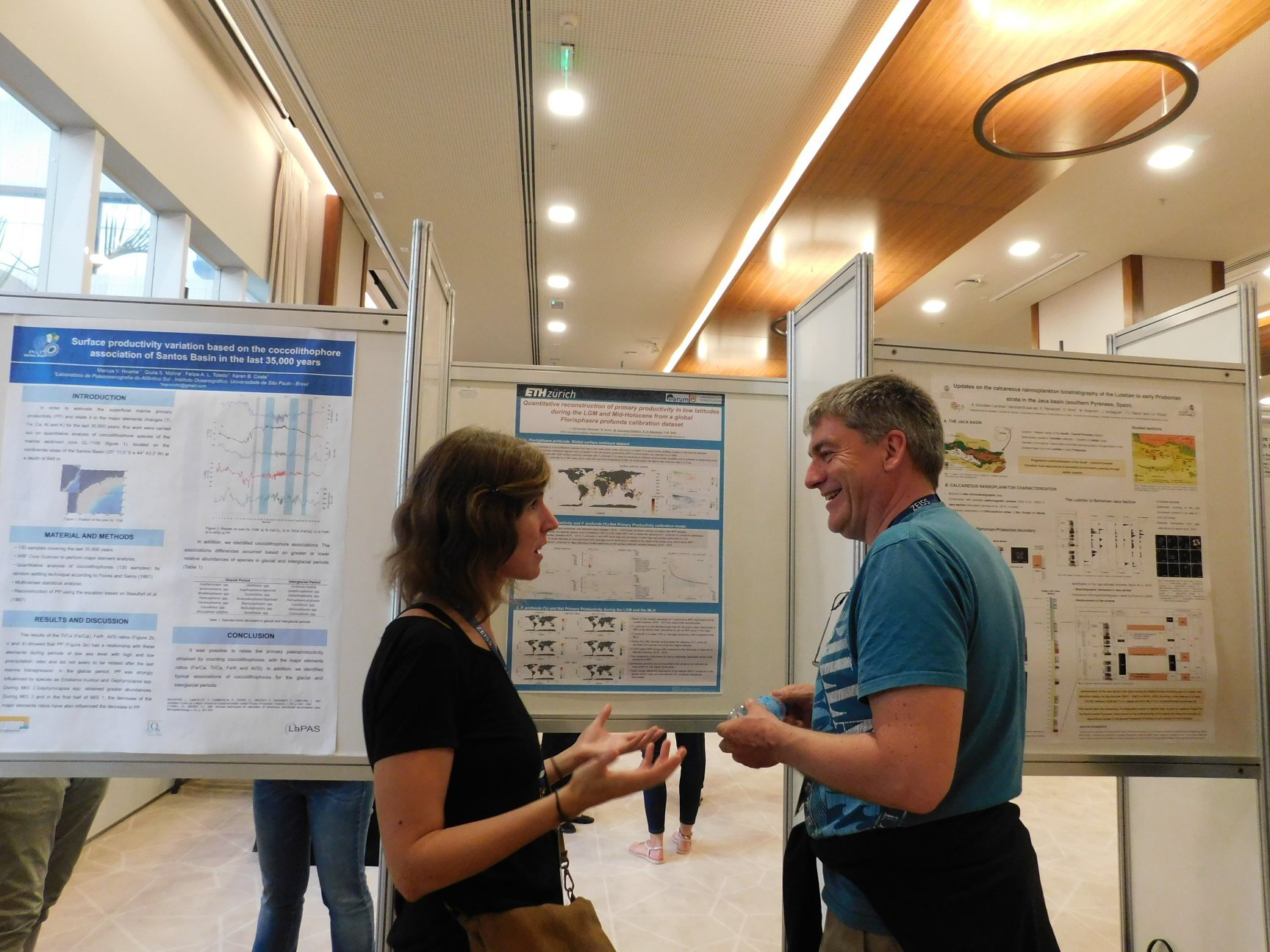 Catarina and Kalle Baumann, discussing science during the poster session :)
