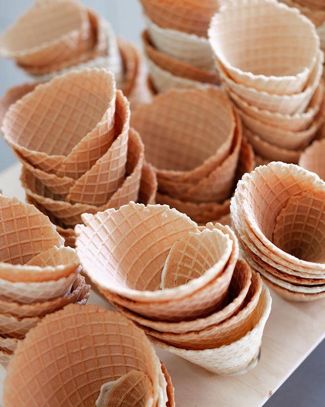 Våra hembakade våfflor är 🤩🙏🏽♥️👌🏽🤪 #ottoglass #ottoochglassfabriken #hembakadvåffla #gräddglass #somenglassbordesmaka