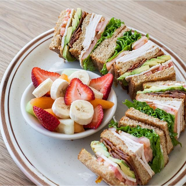 A classic: The Turkey Club sandwich with avocado, lettuce, tomato and bacon. Perfection. 👌🏼 . . . . . . . . #turkeyclub #goodfoodgoodcompany #lax  #losangeles  #westchester #eaterla #laeats #foodiela