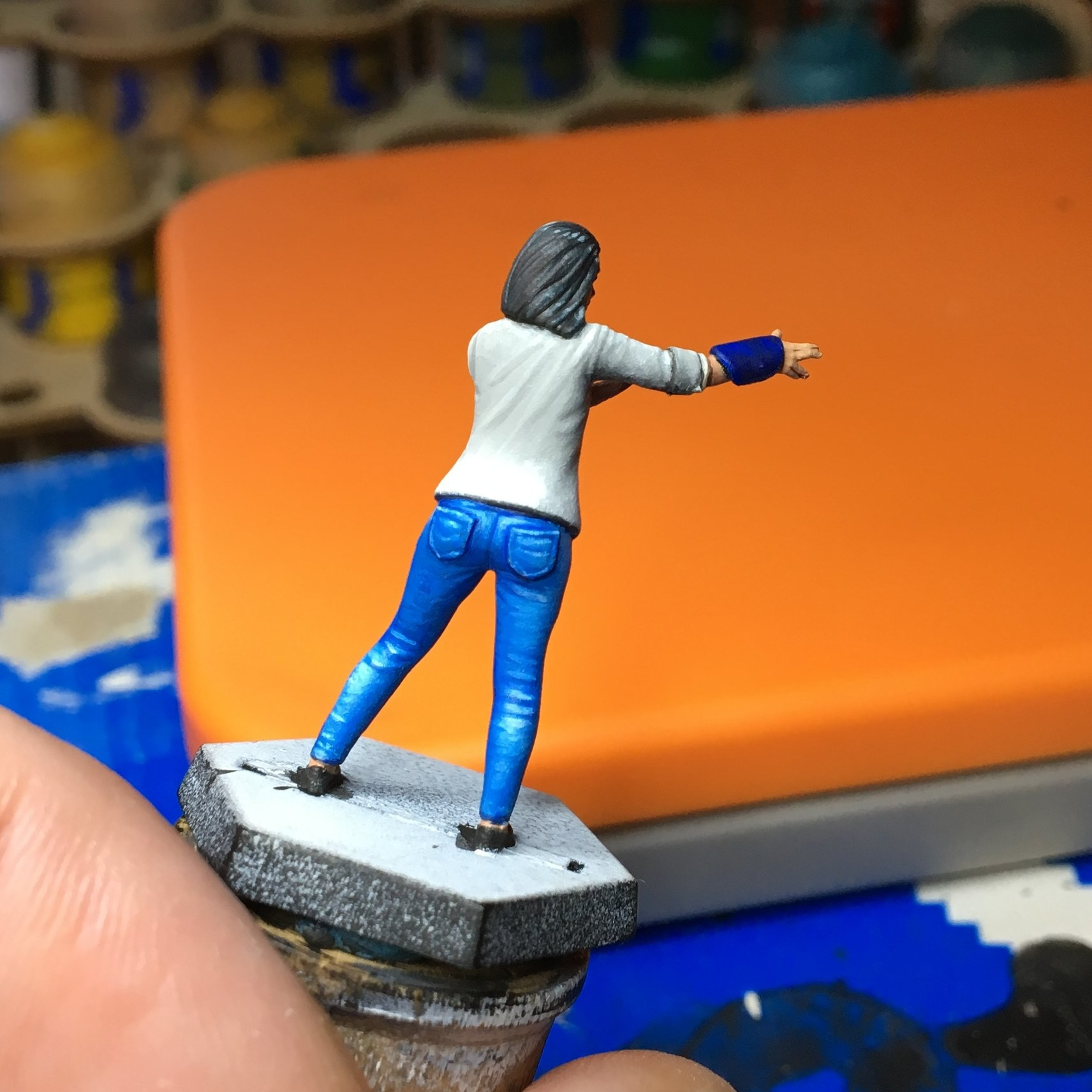 Her pants go from very dark blue shadows to a few pure white highlights, all carefully layered.