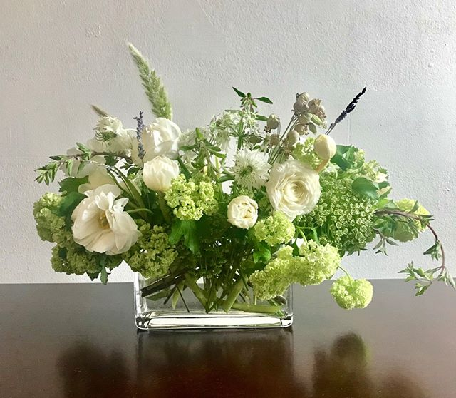 Staging centerpiece for a clients rectangular table. ⠀⠀⠀⠀⠀⠀⠀⠀⠀ .⠀⠀⠀⠀⠀⠀⠀⠀⠀ .⠀⠀⠀⠀⠀⠀⠀⠀⠀ .⠀⠀⠀⠀⠀⠀⠀⠀⠀ .⠀⠀⠀⠀⠀⠀⠀⠀⠀ #inspiredbynature #designedinbrooklyn #flowerstagram #flowersofinstagram #flowers #nyrealestate #staging #gifting #staginghomes #floraldesigner #events #nyflorist #nystaging #realestate