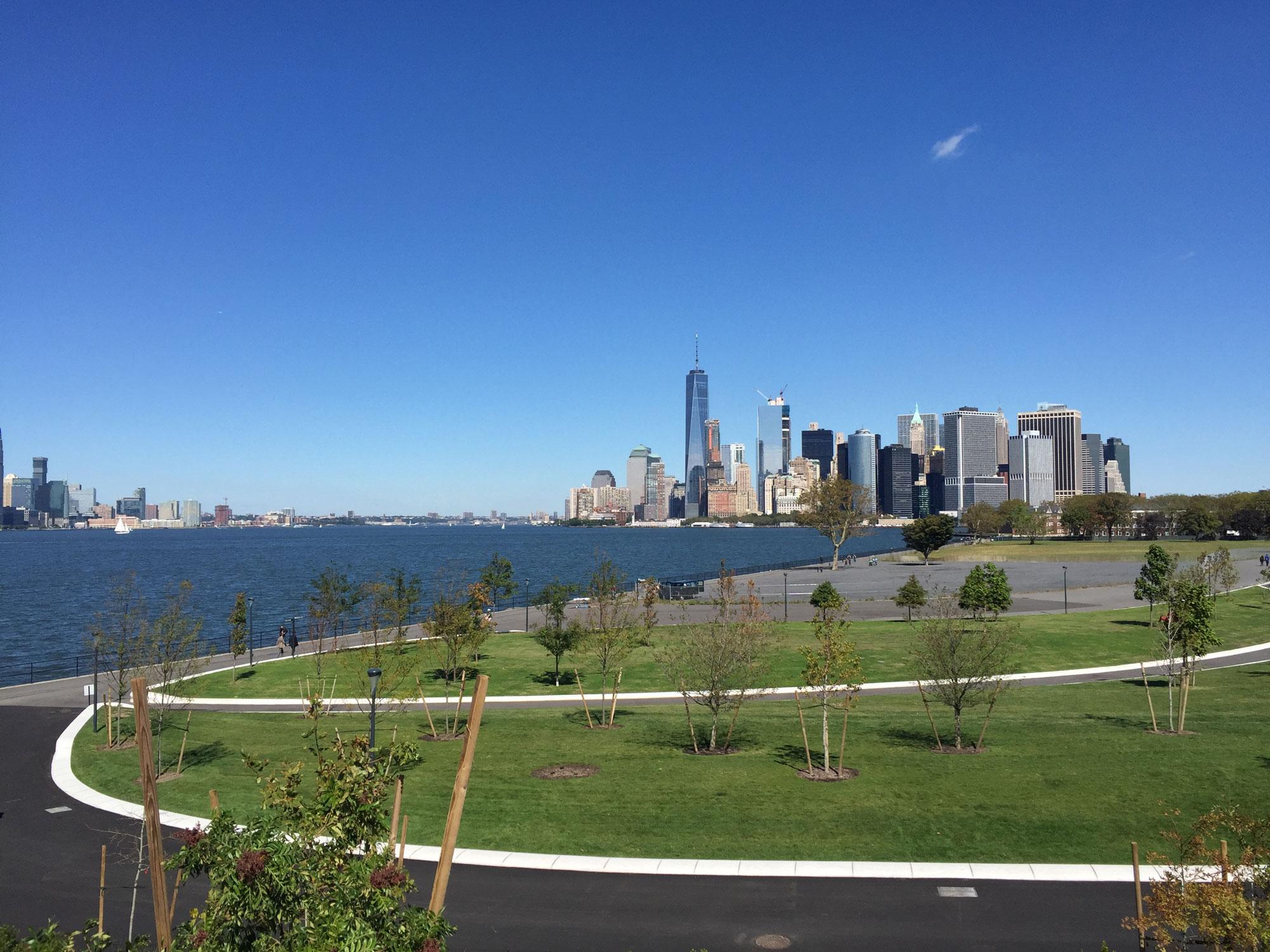 從Governor's Island的The Hills眺望曼哈頓下城的摩天樓群