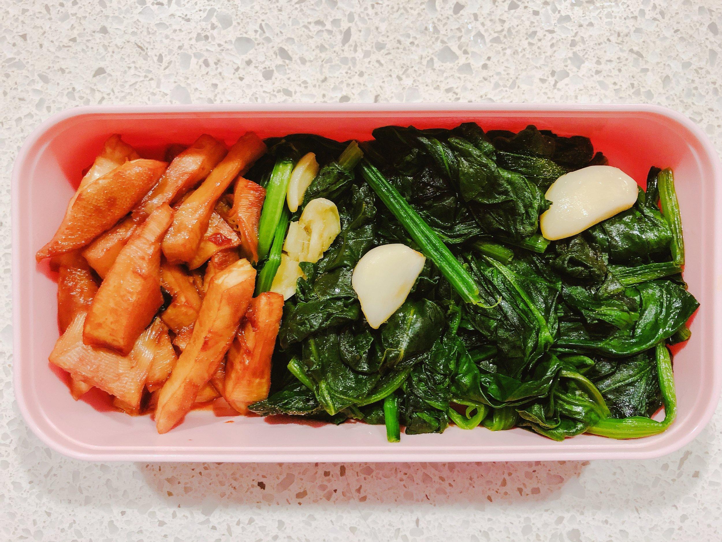 帶便當,左邊油燜筍,右邊炒菠菜