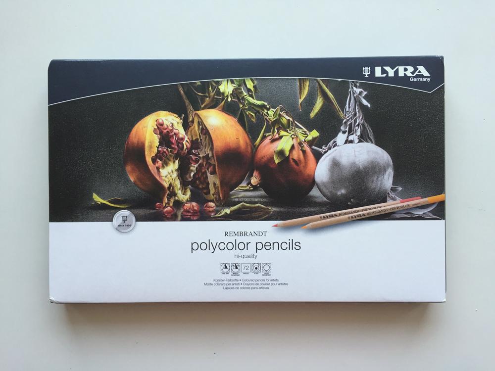 Lyra色鉛筆在鐵盒之外有一個紙套外包裝