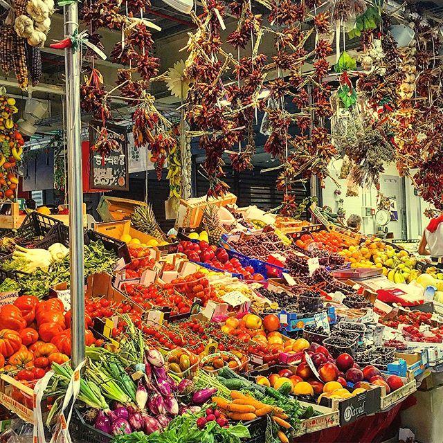 Italy's foundation; tomatoes and peperoncini 🇮🇹🍅 🌶 🍝 💪 🇮🇹#italianmarket #yousaytomatoeisaypomodoro #curiousitalian
