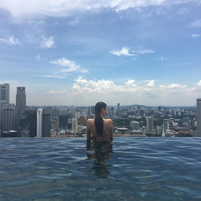 Such an amazing view! Can't wait to go back some day ❤️ . . . . . . #singapore #marinabaysands #pool #infinitypool #swimmers #water #model #modeling #tamblynmodels #australian #australianmodel #clearsky