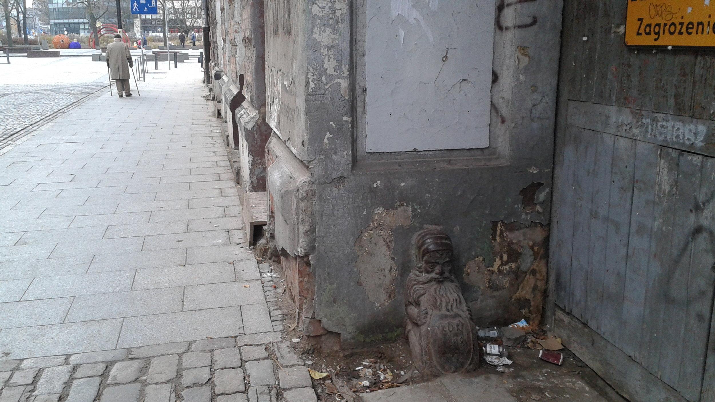 Warsaw Jewish neighborhood scarred building.jpg