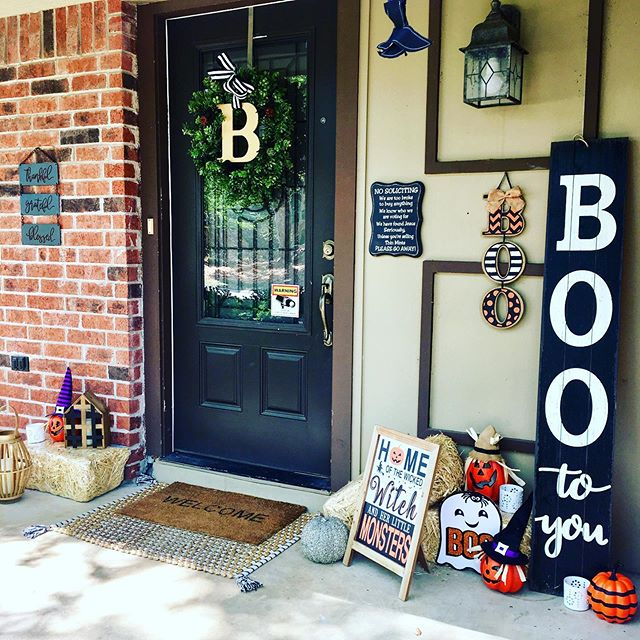 Officially giving up on fall temps here in Texas and moving straight into #falldecor and #halloweendecor. 🕷🎃 Still some work to do, and not quite ready to buy the real pumpkins yet. But alas, progress happening over here.