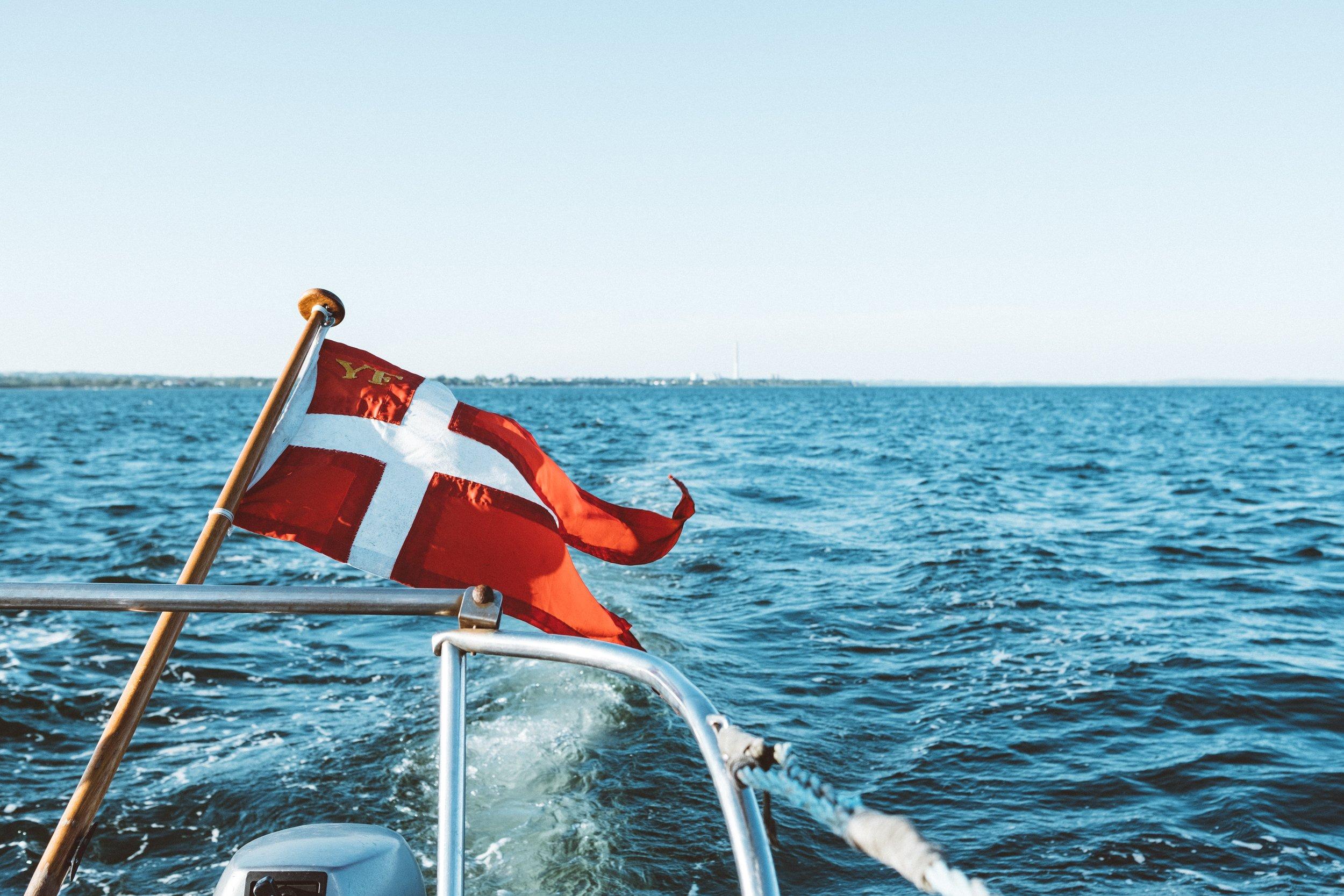 Danmark - Javnstøðupolitiska økið í Danmark er í løtuni (2019) undir uttanríkisráðnum. Tað er ásett við lóg, at avvarðandi ráð skipar fyri frágreing og virkisætlan hvørt ár.