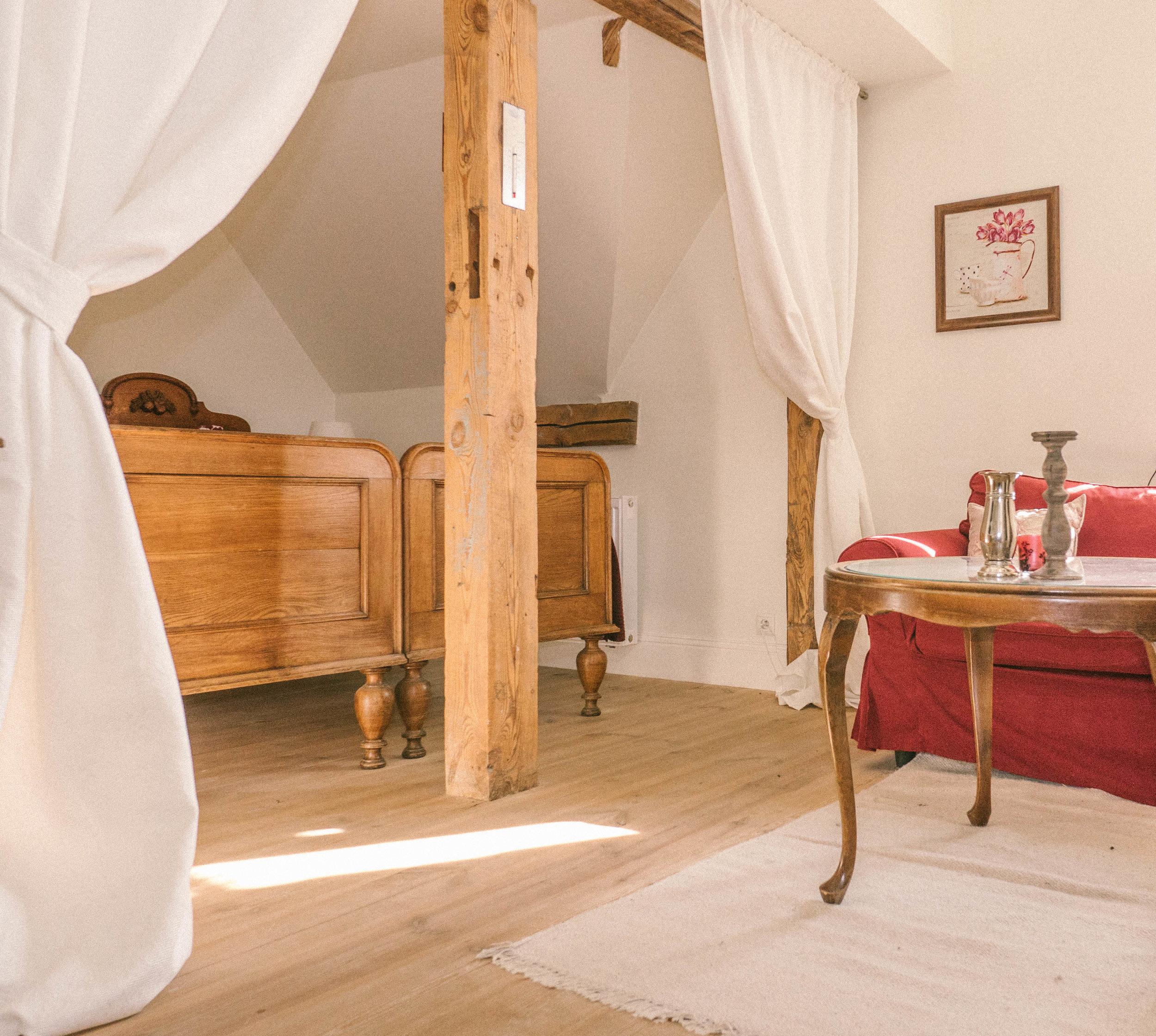 lozko z baldachimem w romantycznym wiśniowym apartamencie pałacu w osowa sien