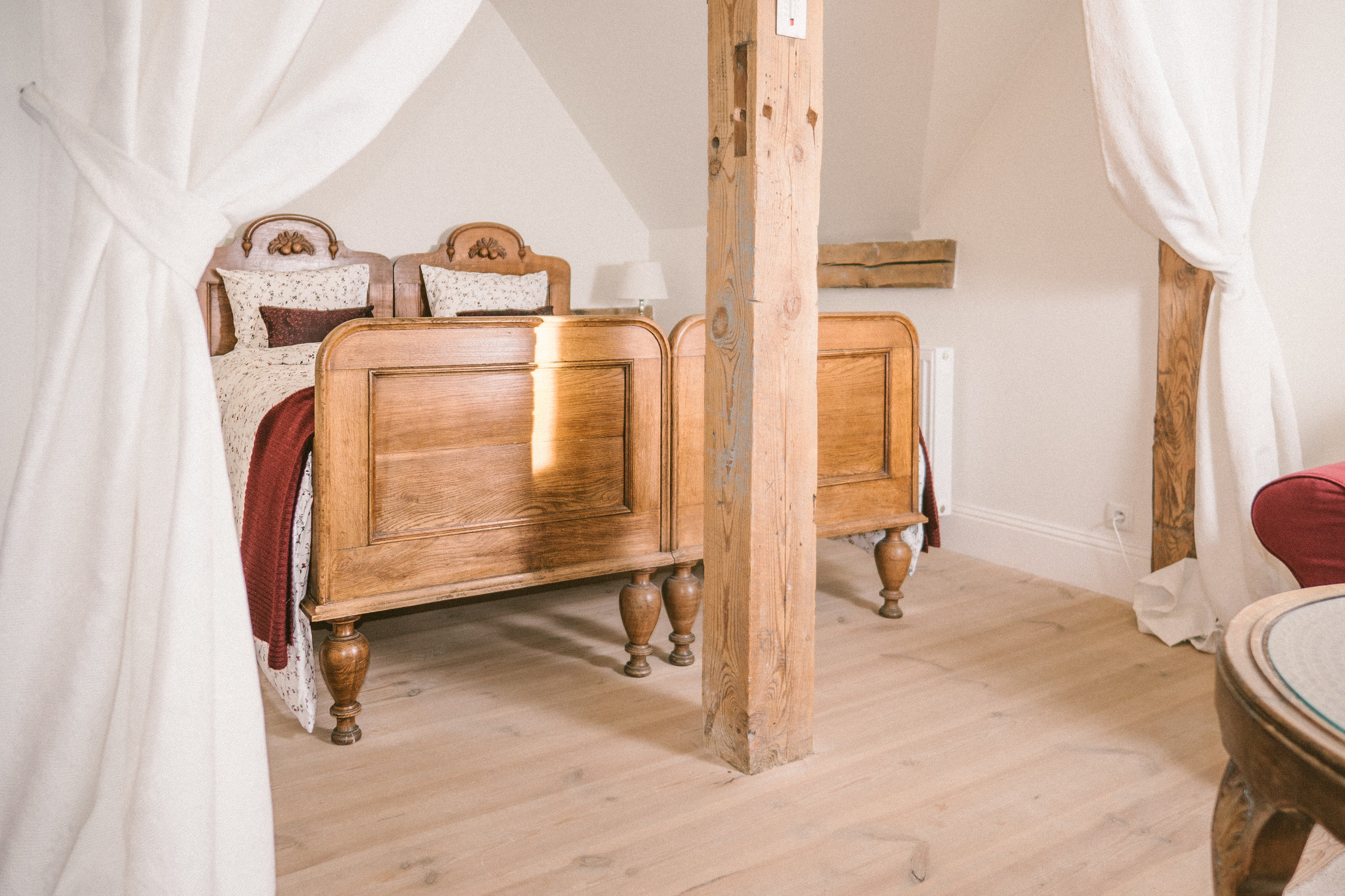 łóżko schowane firankami w pokoju Weichselkirchen, Pałac Osowa Sień