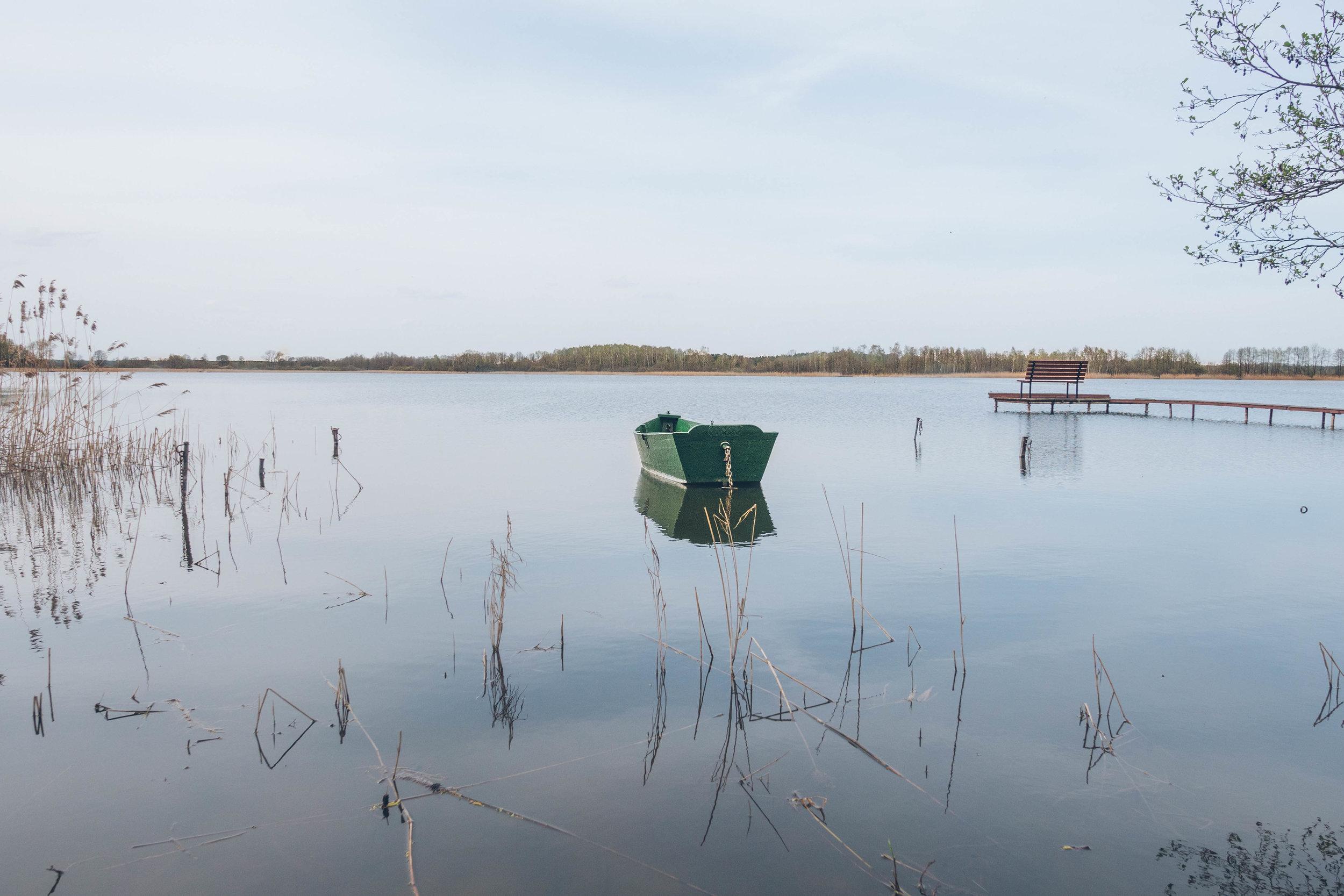 50/5000 jedno z jezior zaledwie kilka minut drogi od pałacu