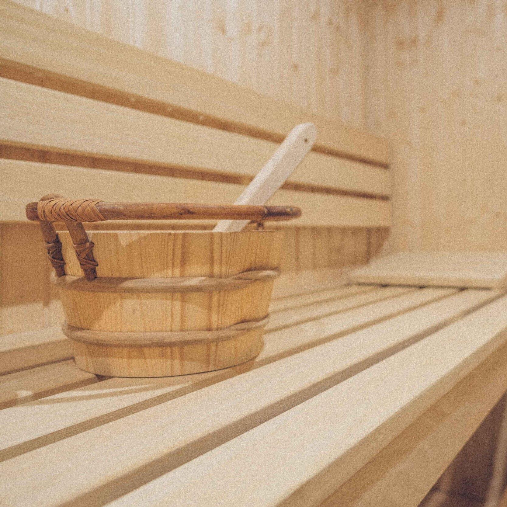 Prywatna Sauna została otwarta w naszym pałacu! - W zimie 2018 roku, zaczęliśmy spełniać nasze marzenie o prywatnej, pałacowej saunie, aby móc rozpieszczać naszych gości. Obiekt jest już otwarty i mieści się on pod pięknie odrestaurowanymi sklepieniami z czerwonej cegły. Pałacowe spa składa się z sauny fińskiej, kabiny prysznicowej z deszczownicą, salonem i pokojem do masażu. Podczas pobytu w pałacu, istnieje możliwość zarezerwowania jednogodzinnej prywatnej sesji w spa dla własnej uciechy, podczas, której nie trzeba się dzielić tą sielankową przestrzenią z nikim innym. Aby uzyskać więcej informacji o ofercie spa i masażu, prosimy o kontakt przez e-mail Matt@palacosowasien.pl