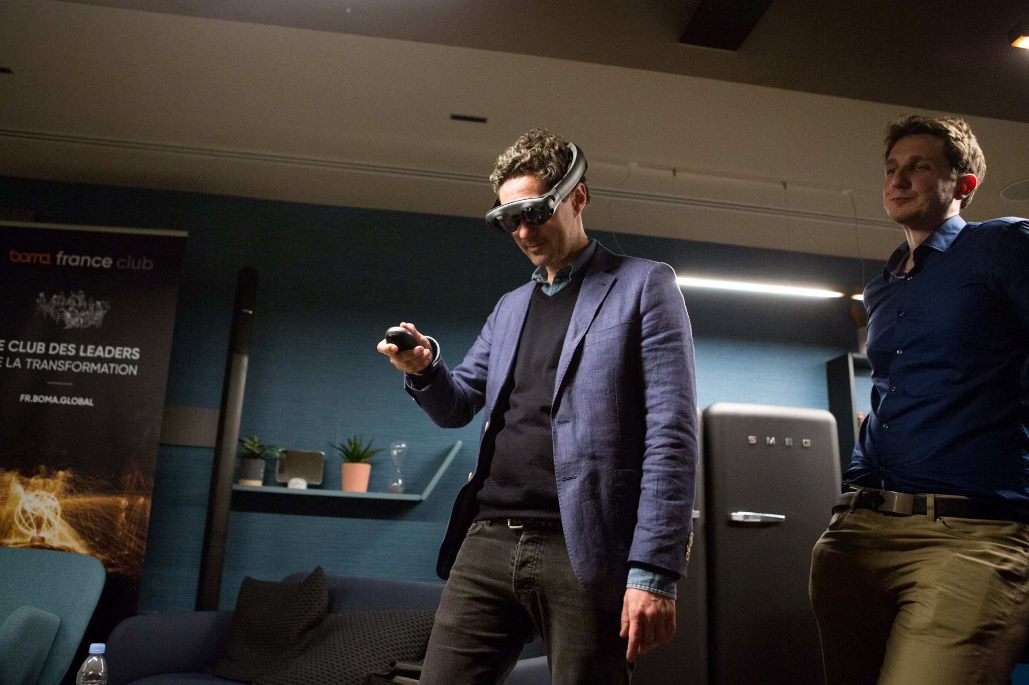 A man tries a virtual reality headset at a Boma France Club event. Credit: Boma France