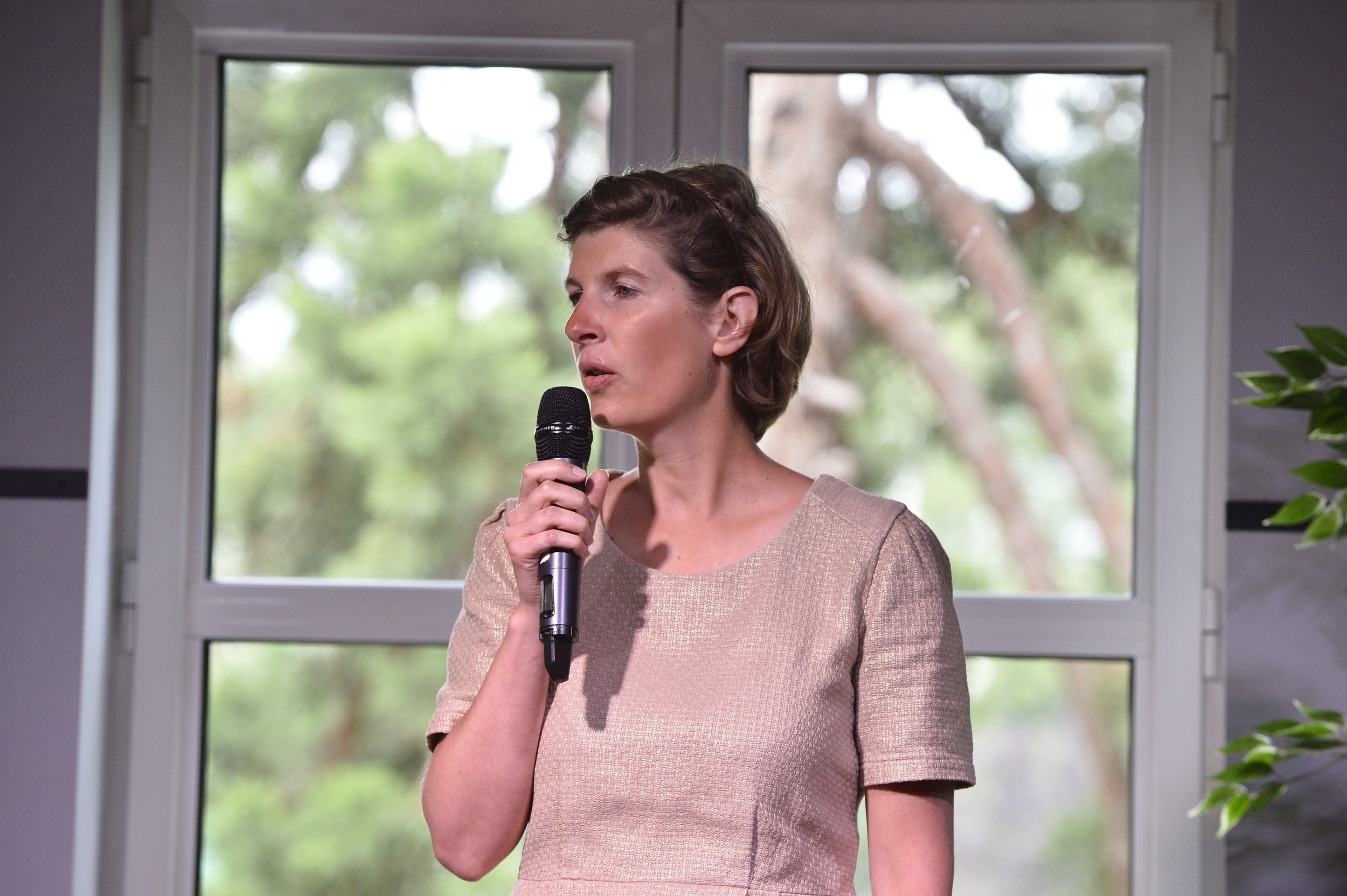 Caroline Brandao speaking about the International Humanitarian Law at the Boma France Campfire. Credit: Boma France