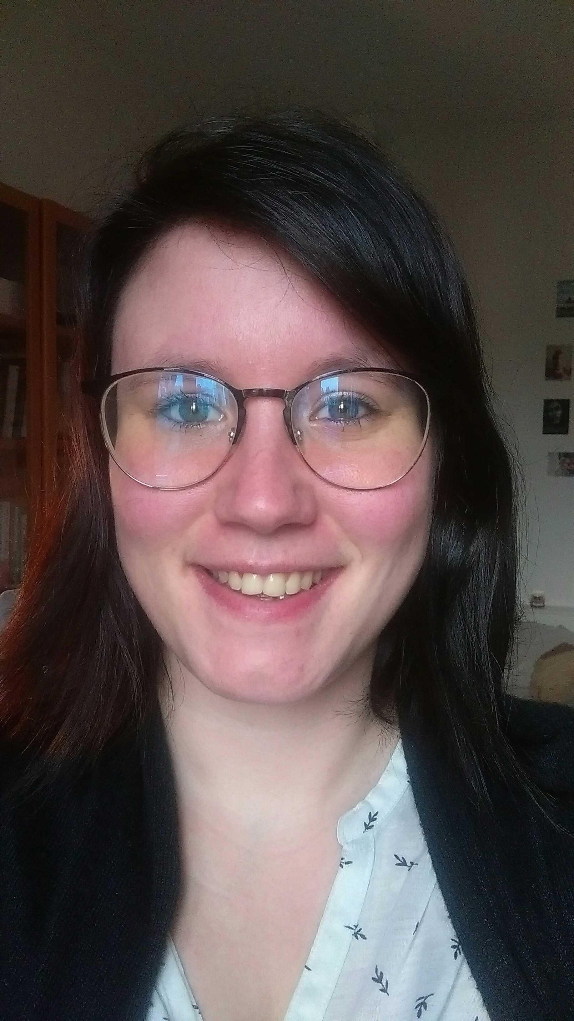 Julie, rédactrice web freelance et fondatrice de La Plume de Lyly, est l'entrepreneure de la vraie vie invitée de La Vraie Dose 50