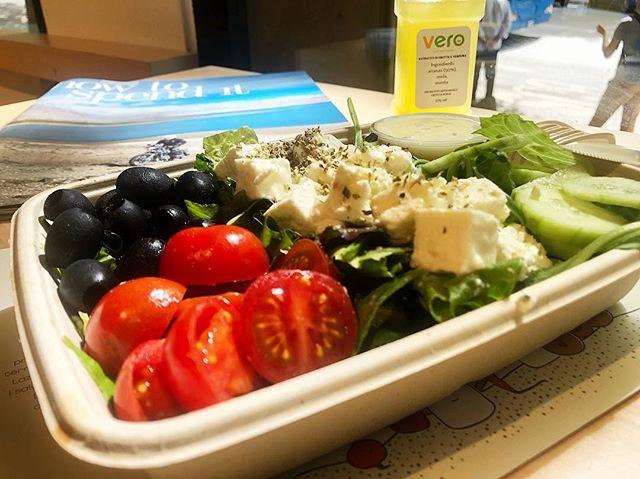 Arriva l'estate torna l'insala greca di Vero. Croccante misticanza, pomodori dolci italiani, olive nere, cetrioli e una saporitissima feta greca.😋 #verofoodandsmiles #healthyfood #healthy #salad #greeksalad #greek #grecia #italia #italy #food #lunch #pranzo