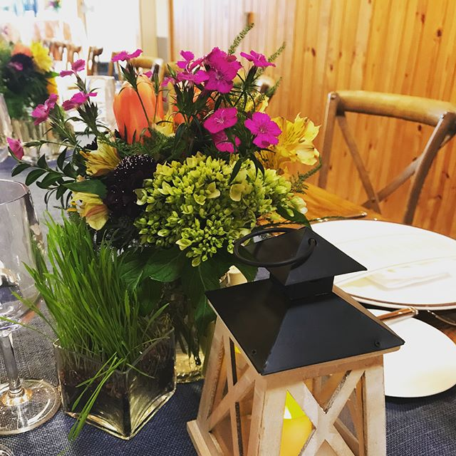Hay now how we love family style dinners at the equestrian barn @salamanderresort! For this corporate group we set the table with denim burlap runners with spring floral & lantern centerpieces. #middleburg #dinnerinthebarn #beautifulstables #salamanderresortandspa #loveloudoun #corporateevents #tablescapes #springtablescape #uniquedinner #loudouncounty #loudounwinecountry #loudounwine #huntcountry #huntcountrystyle #osborneevents