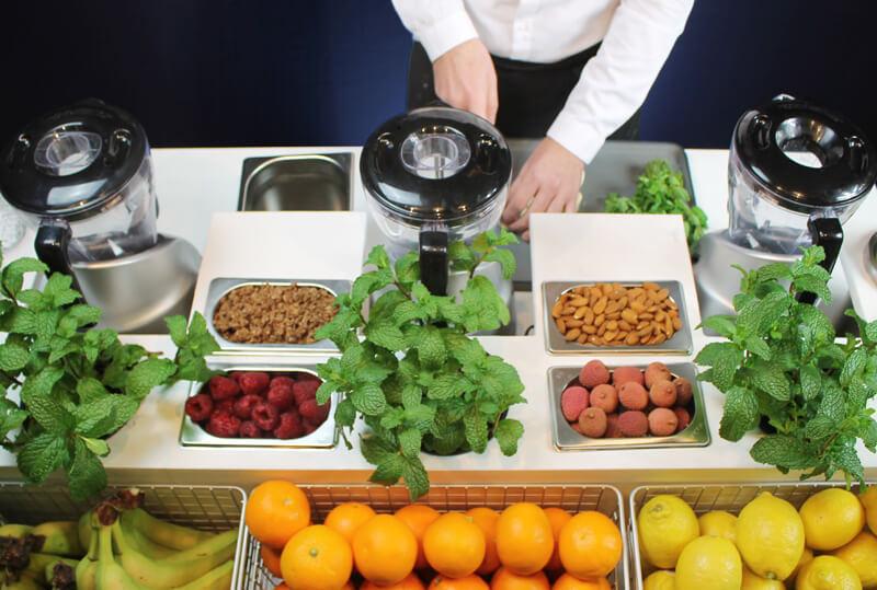Secouez vos habitudes - Le Shake est un concept de bar mobile personnalisable qui vous permet d'offrir à vos invités une véritable expérience visuelle et gustative, en toute transparence. Nos milk-shakes et smoothies sont préparés en direct, sous les yeux des clients. Pour le petit-déjeuner ou pour une pause rafraichissante, Le Shake vous offre un agréable moment, plein de douceur.