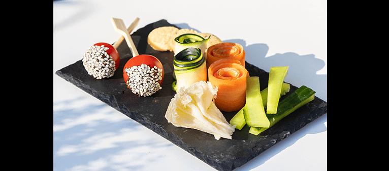 La Bohème - Carottes et courgettes, Tête de moine, Pousses germées, Tomates cerises caramélisées au balsamique et sésame noir, Sablés au parmesan