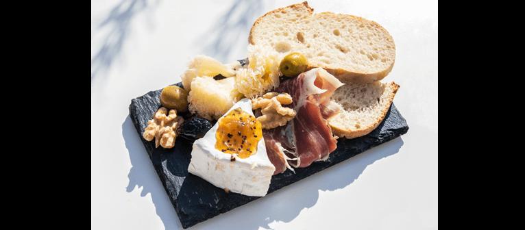 Douce France - Brie et confiture de kiwi, Jambon cru, Tête de moine, Olives à la provençale, Cerneaux de noix, Pain aux céréales