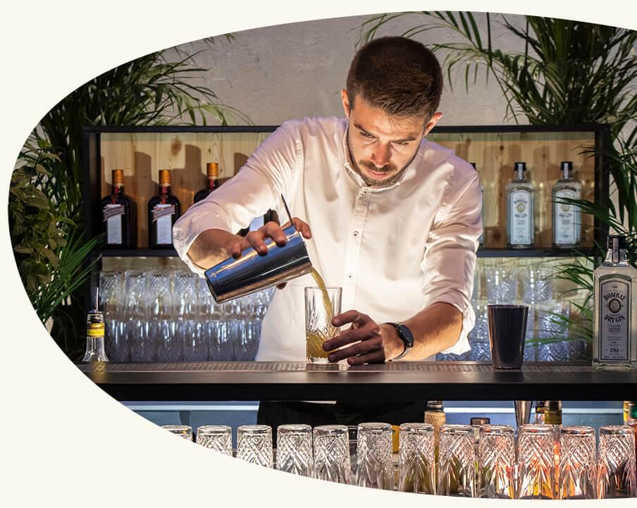 Notre expertise - Après avoir travaillé dans les plus grands bars du monde, Loïc revisite la mixologie des années 20 et transmet aujourd'hui son savoir-faire à nos bartenders.