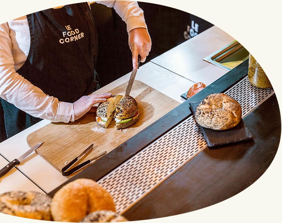 Les bagels revisités - Préparés devant vous avec des produits frais, nos bagels s'inspirent de l'iconique sandwich New-Yorkais en forme d'anneau. Nous revisitons la recette originale pour y ajouter des influences venues des quatre coins du monde.