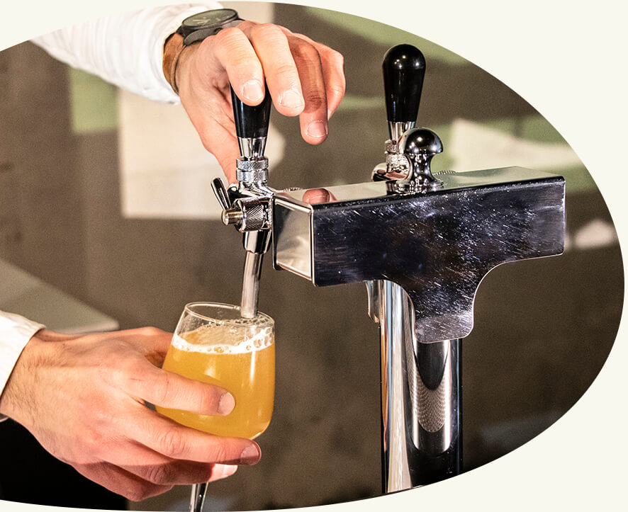 De la pression artisanale - Découvrez notre tireuse à bière intégrée à notre stand mobile, une verrerie de qualité et une sélection de bières artisanales brassées en région parisienne.