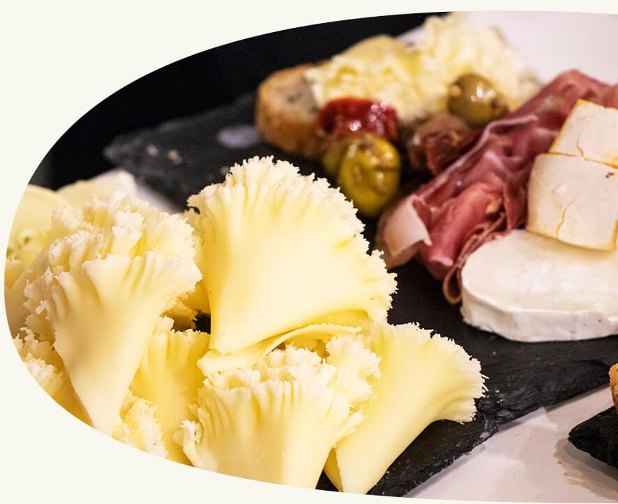 L'apéritif idéal - Nos ardoises de fromages, charcuteries et crudités accompagnent très bien notre sélection de vins et bière. Demandez un devis La Réserve + L'Ardoise
