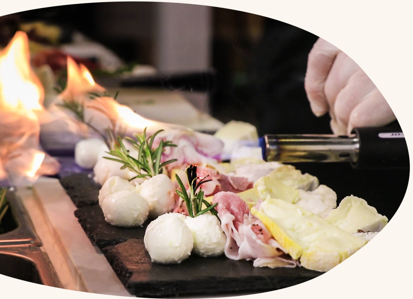 Une offre food complète - De l'apéritif au dessert, nous assurons toute la partie food de votre événement : des produits de qualité minutieusement travaillés par un staff expérimenté.