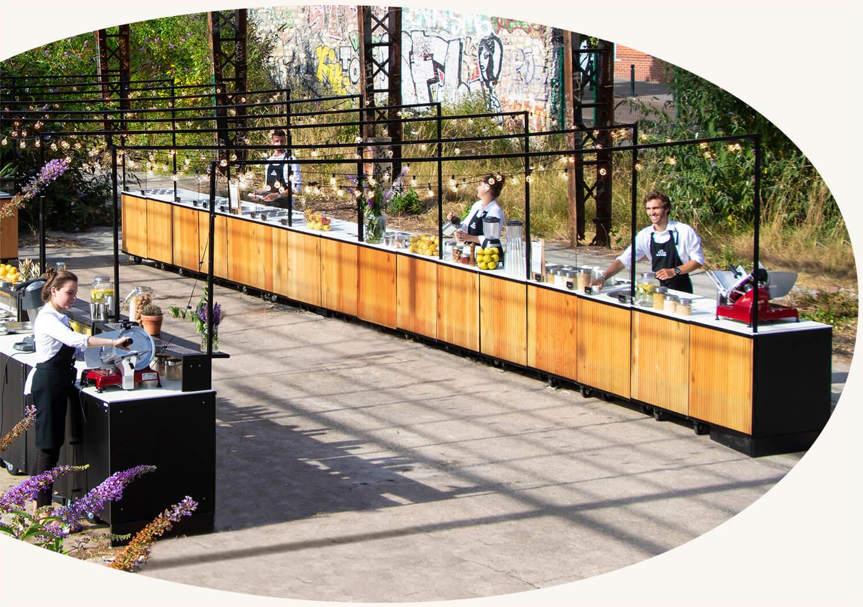 Plus de 50 stands mobiles - Nos stands inspirés des food markets s'intègrent à tous les lieux de réception et se modulent pour des événements de 40 à 4000 personnes.