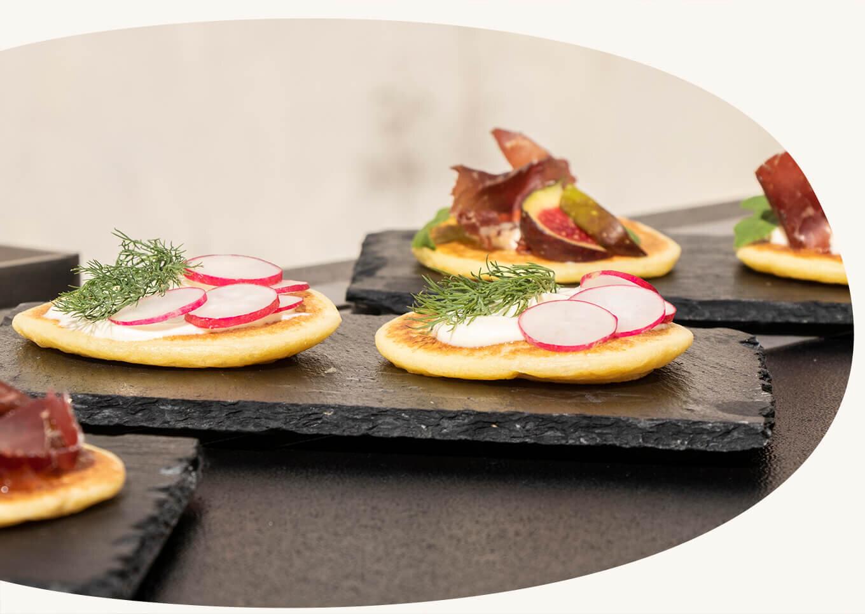 Nos recettes - Nous vous proposons une recette viande, poisson et végétarienne :- Viande des grisons, roquette et figue.- Tzatziki, radis et baies de goji.- Crème fraîche, saumon fumé et aneth.