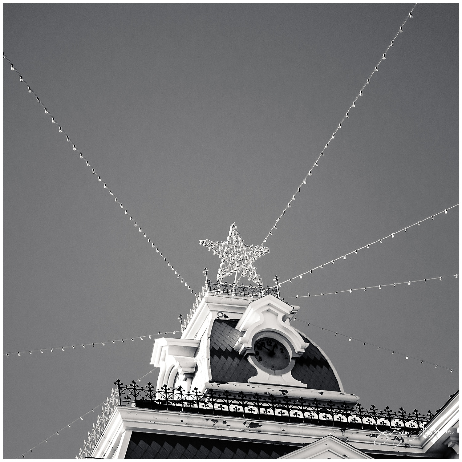 © 2017 SuZan Alexander.   Courthouse Christmas Star  . Digital Photography