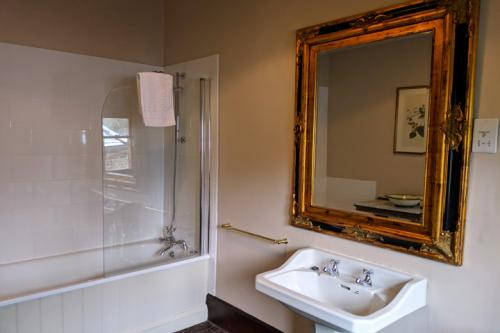 huntsham-court-lady-elizabeth-bathroom-720-mvimg_20190131_115652a.jpg