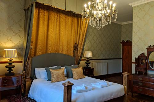 huntsham-court-lady-elizabeth-bedroom-720-img_20190131_115603a.jpg
