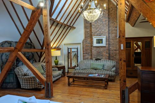 huntsham-court-big-loft-bedroom-720-img_20190131_130547a.jpg