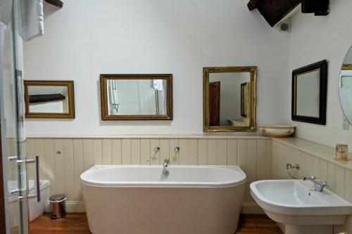 huntsham-court-ginger-bathroom-_720-20190131_142956a.jpg
