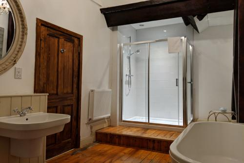 huntsham-court-peanut-bathroom2-720-img_20190131_143832a.jpg