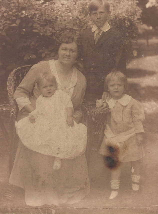 Anna Rust Harkness and her children:  Norris standing, Evelyn and Lawrence on her lap.