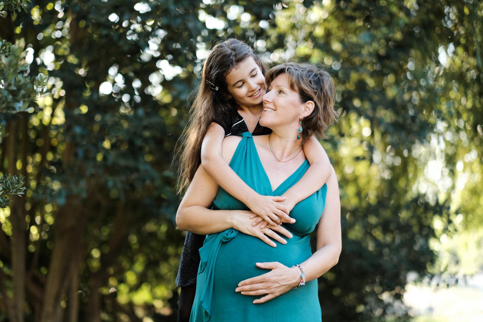 seance-photo-grossesse-avec-ma-fille-en-exterieur-studio-lm-01.jpg