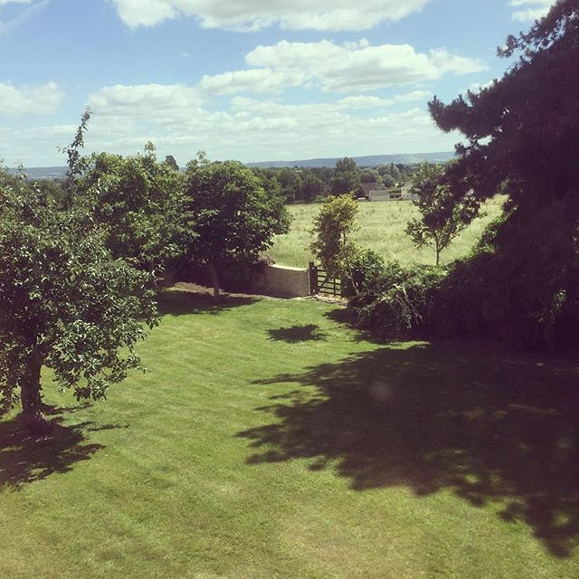 The Rock Farm garden on a sunnier day 🙌💚 That view! Book Rock a Farm for a weekend getaway and come and see it for yourself 🌲🌿 https://www.airbnb.co.uk/rooms/22739284 #airbnbhouse #airbnbsuperhost #airbnbhost #gardensofinstagram #gloucestershire #weekendgetaways #familyweekend #hendo #henhouse #bridesquad #bridetribe #forestofdean #cotswoldhills