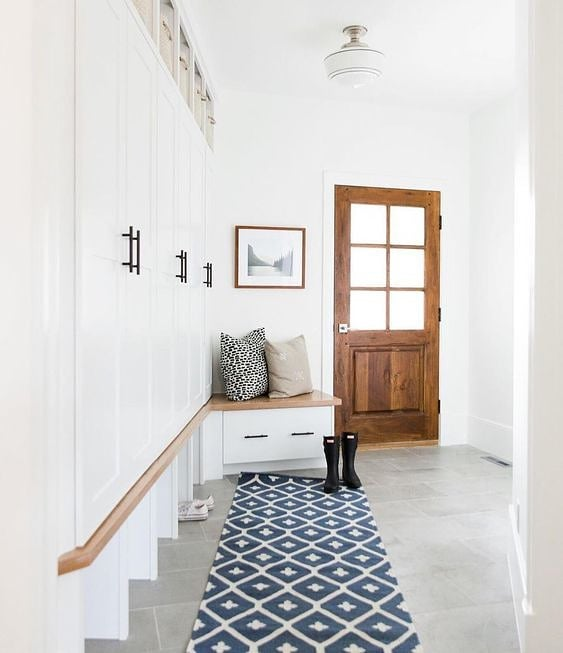 Who else lives for a good mud room? 🙋🏼‍♀️ One of the highest functioning, most essential spaces in the house - mud rooms are back + in a big way. Love this warm welcome home from @mcgeeandco