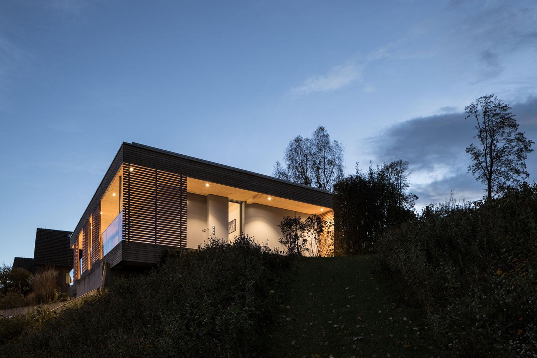 neubau-einfamilienhaus-holz-pavillon-veranda-glas_st-gallen-beleuchtung.jpg