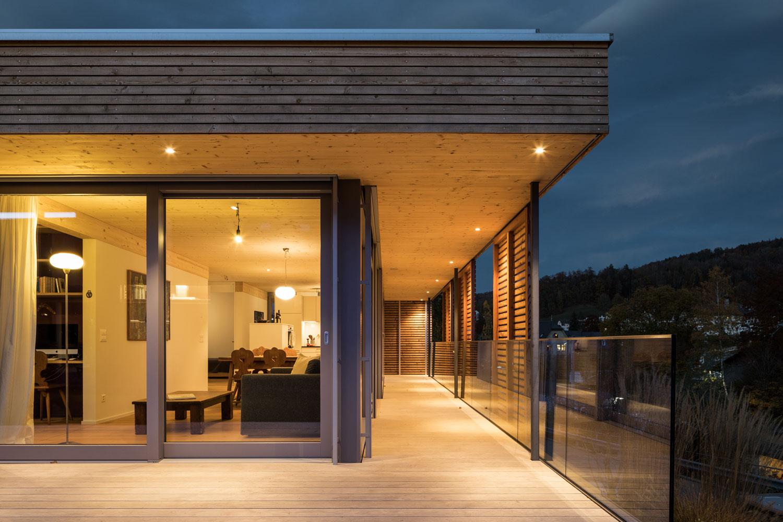 neubau-einfamilienhaus-holz-pavillon-veranda-glas_st-gallen-terrasse-sichtschutz.jpg
