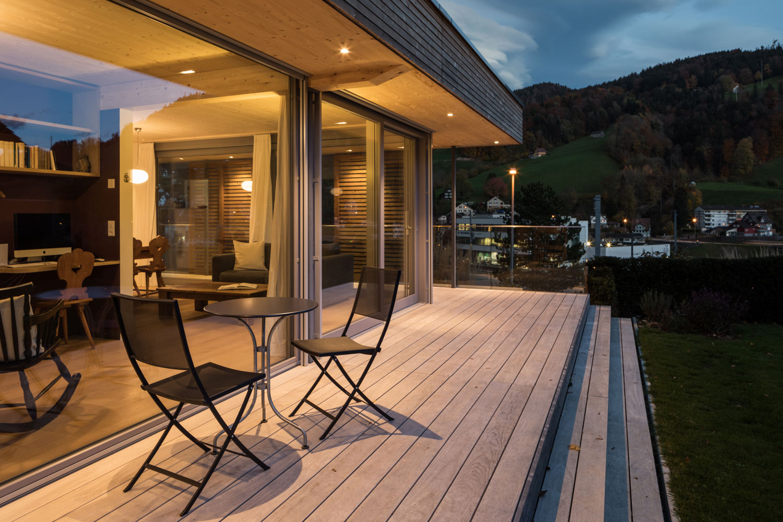 neubau-einfamilienhaus-holz-pavillon-veranda-glas_st-gallen-terrasse-wohnzimmer.jpg