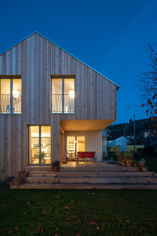 Einfamilienhaus-umbau-anbau-friedenweg-bischofszell-beleuchtung-holz-terrasse-nacht.jpg