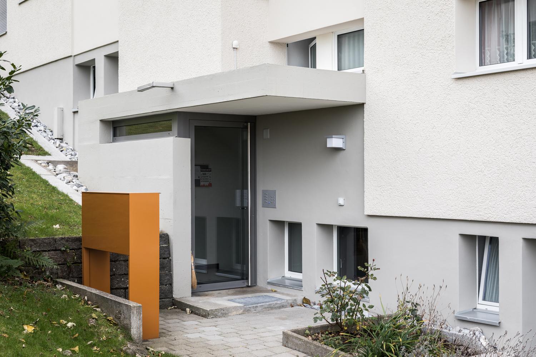 Mehrfamilienhaus-sanierung_Balkon-Fassade-Dreilindenhang-st-gallen_eingang-briefkasten.jpg