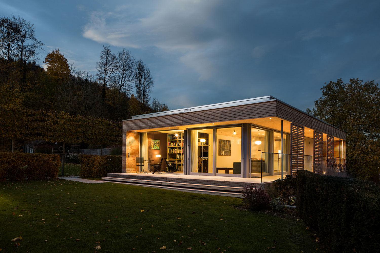 neubau-einfamilienhaus-holz-pavillon-veranda-glas_st-gallen-beleuchtung-terrasse.jpg