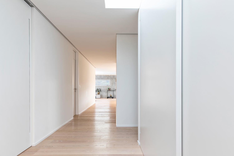 Neubau-Mehrfamilienhaus-Tuebach_Neubrunnstrasse-korridor-holzboden.jpg